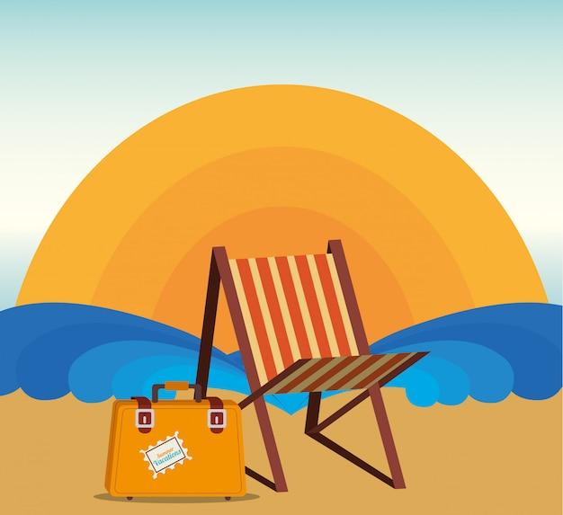 Verano y vacaciones, tumbona y maleta en la playa.