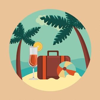 Verano y viajes, maleta, pelota y cóctel en el paraíso en círculo.