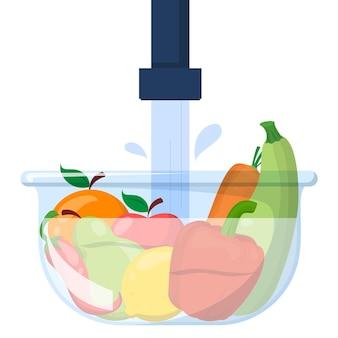 Verduras y frutas en un recipiente bajo el agua.