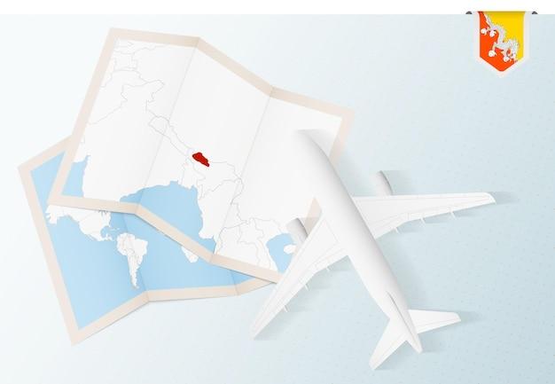 Viaje a bután, avión de vista superior con mapa y bandera de bután.