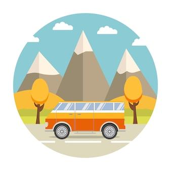 Viaje por carretera en la furgoneta y paisaje de otoño con montañas.