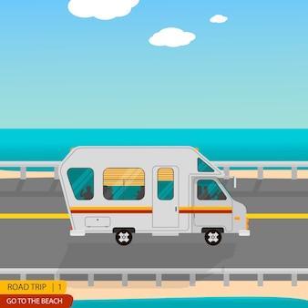 Viaje por carretera a la playa toda la familia en la caravana.