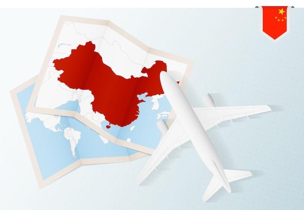 Viaje a china, avión de vista superior con mapa y bandera de china.