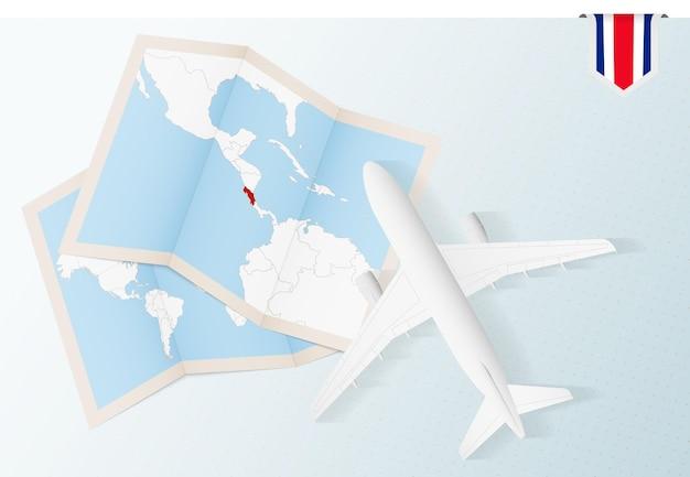 Viaje a costa rica, avión de vista superior con mapa y bandera de costa rica.