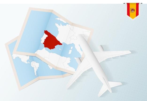 Viaje a españa, avión de vista superior con mapa y bandera de españa.