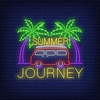 Viaje de verano letras de neón, minivan y palmeras.