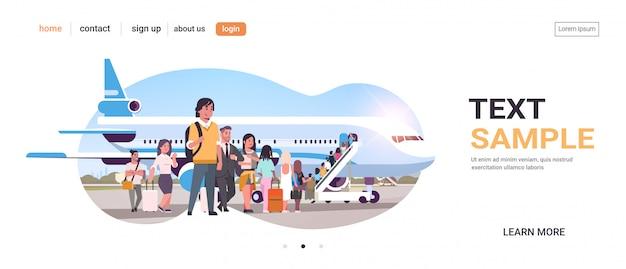 Los viajeros con equipaje en la cola de la fila que van a los pasajeros del avión que suben la escalera para abordar el espacio de copia del concepto de viaje de embarque