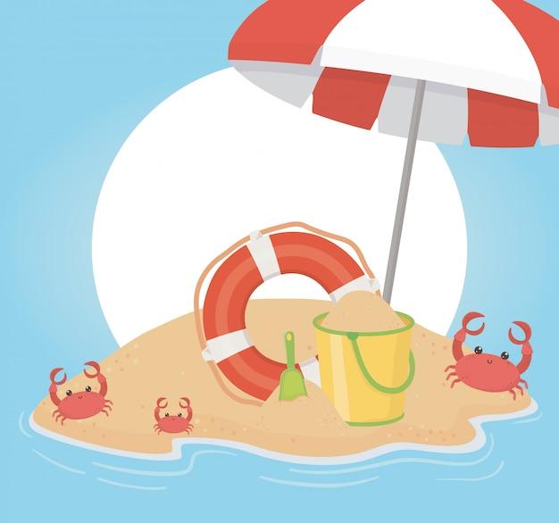 Viajes de verano y vacaciones flotante paraguas cubo cangrejos playa arena mar ilustración vectorial