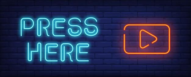 Video play neon style banner. presiona aquí el texto y el botón de inicio en el fondo de ladrillo.