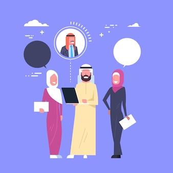 La videoconferencia árabe de la gente de negocios usando el ordenador portátil talkng discute concepto en línea de la reunión de la estrategia