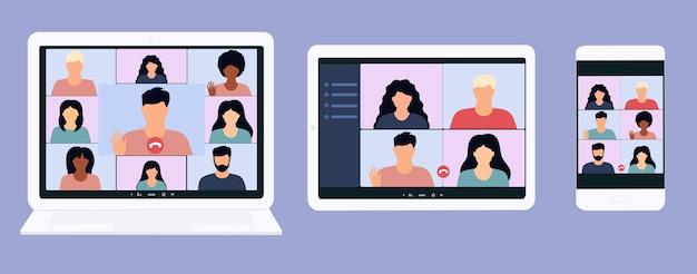 Videollamada de conferencia grupal en una tableta digital, computadora portátil y teléfono inteligente.