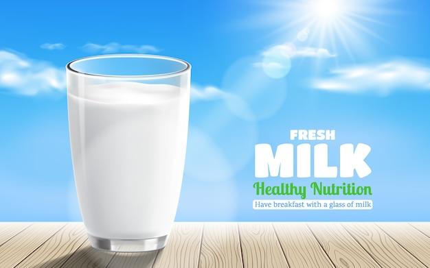 Vidrio transparente realista de leche con mesa de madera sobre fondo de cielo azul