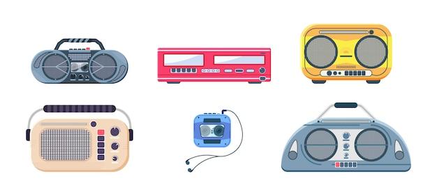 Viejo retro media music y radio player. iconos del reproductor de música retro aislado sobre fondo blanco. grabadoras, radios y grabadoras de cassette. ilustración en diseño plano, eps 10.