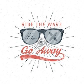 Vintage surfing graphics y poster para diseño web o impresión. gafas de surf emblema verano playa logo y tipografía firmar