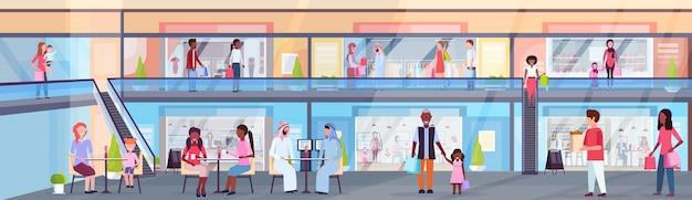 Los visitantes caminando moderno centro comercial con boutiques de ropa y cafeterías supermercado minorista interior mezcla raza personas comiendo en la cancha de pie horizontal de longitud completa plana