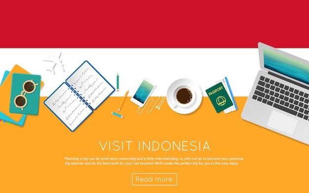 Visite el concepto de indonesia para su banner web o materiales impresos. vista superior de una computadora portátil, gafas de sol y una taza de café en la bandera nacional de indonesia. encabezado del sitio web de planificación de viajes de estilo plano.