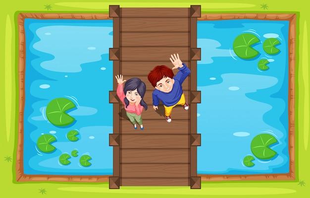 Vista aérea de personas en puente