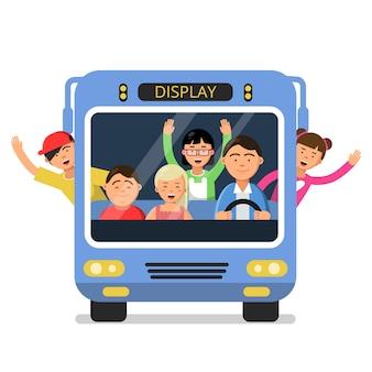 Vista frontal del autobús escolar con juego de niños felices y conductor