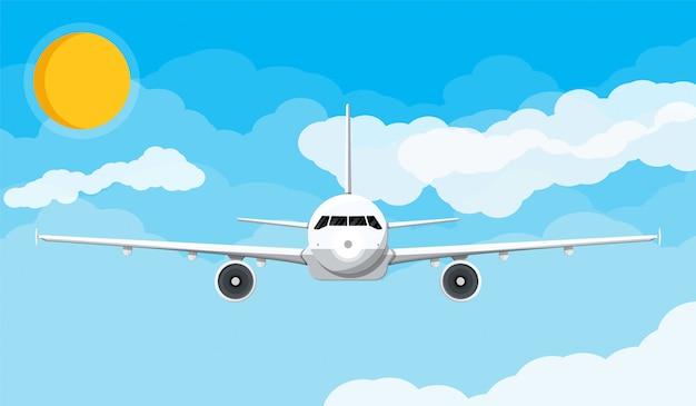 Vista frontal del avión en el cielo con nubes y sol