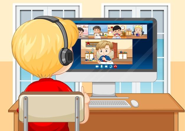 Vista posterior de un niño comunicarse por videoconferencia con amigos en la escena de la casa