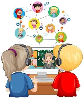 Vista posterior de una pareja de niños mirando la computadora para el aprendizaje en línea