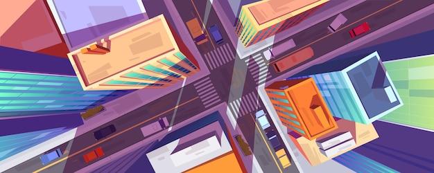 Vista superior de la calle de la ciudad con edificios, cruce y coches.