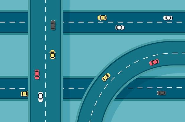 Vista superior de la carretera con diferentes coches. autopista y cruce de autopistas. infraestructura de la ciudad con elementos de transporte. ilustración en un estilo plano moderno.
