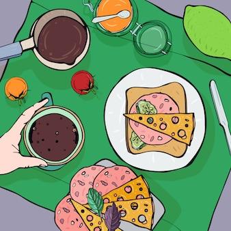 Vista superior del desayuno. café saludable, fresco, lima, mermelada, sándwich con salchicha, queso y tomates.