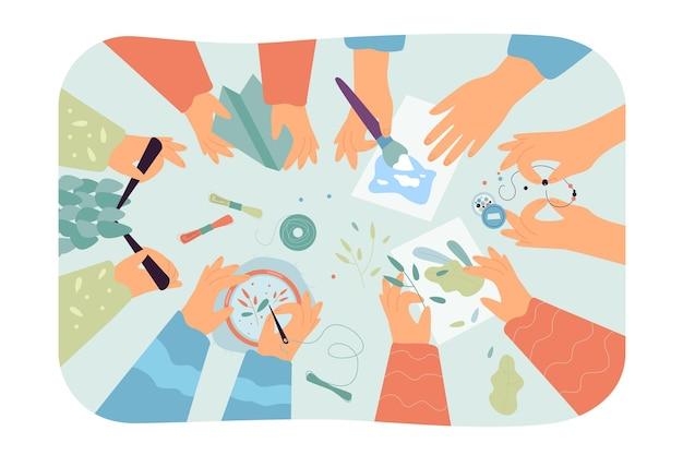 Vista superior del escritorio con obras de arte hechas a mano Vector Premium