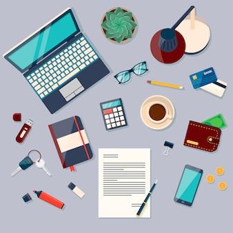 Vista superior del fondo de escritorio con computadora portátil, dispositivos digitales, objetos de oficina, libros y documentos