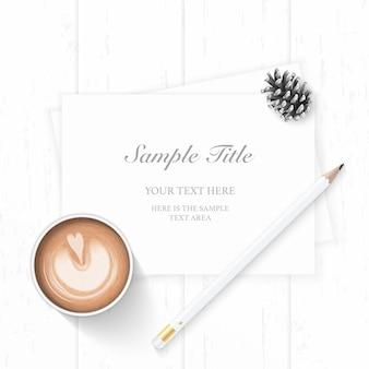 Vista superior laicos plana elegante composición de navidad blanca papel lápiz de cono de pino y café sobre fondo de madera.