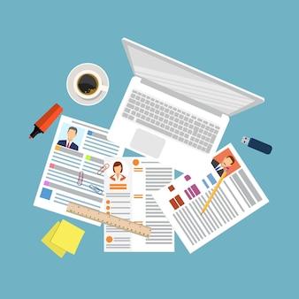 Vista superior del lugar de trabajo con documentos y portátil.