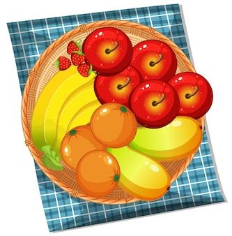 Vista superior de muchas frutas en la canasta aislado sobre fondo blanco.