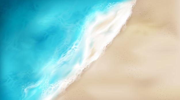 Vista superior de las olas del mar con espuma salpicando en la playa