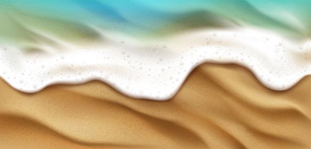 Vista superior de las olas del mar con salpicaduras de espuma en la playa con arena. salpicaduras de agua espumosa del océano azul en el fondo de la costa. superficie de la naturaleza en el día de verano, paisaje marino náutico, ilustración 3d realista
