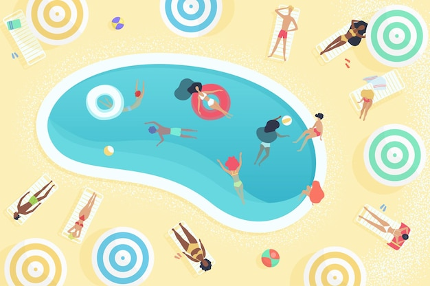 Vista superior de personas que se relajan cerca de la piscina del hotel de verano, tomando el sol, nadando y jugando