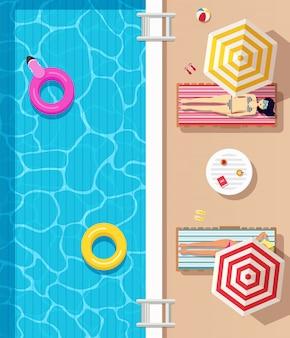 Vista superior, piscina con agua clara, círculos inflables y chicas vestidas en traje de baño tumbadas en tumbonas y tomando el sol. cartel de horario de verano.