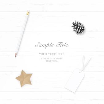 Vista superior plana endecha elegante blanco navidad composición papel pino cono lápiz etiqueta y artesanía en forma de estrella sobre fondo de madera.