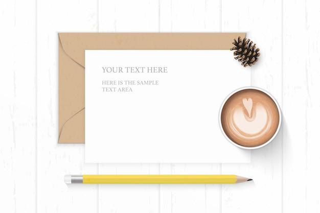 Vista superior plana endecha elegante composición blanca carta sobre de papel kraft cono de pino lápiz amarillo y café sobre fondo de madera.