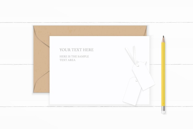 Vista superior plana endecha elegante composición blanca carta sobre de papel kraft lápiz amarillo y etiqueta en mesa de madera.