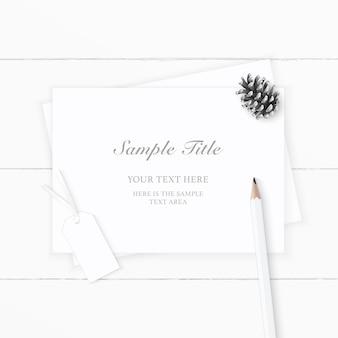 Vista superior plana endecha elegante etiqueta de cono de pino de papel blanco y lápiz sobre fondo de madera.