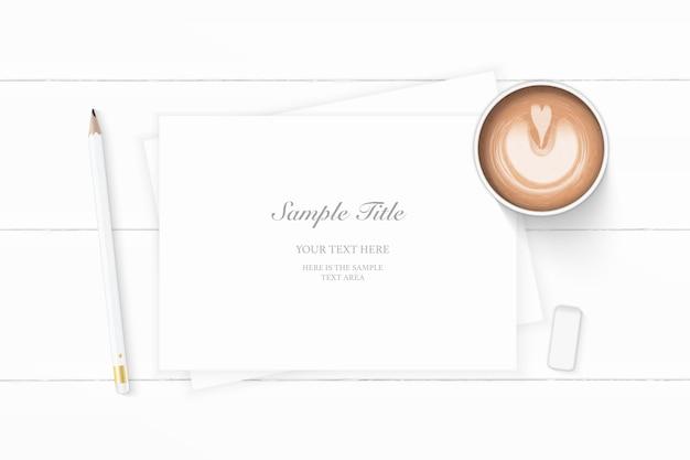 Vista superior plana endecha elegante lápiz de café de papel de composición blanca y borrador sobre fondo de madera.