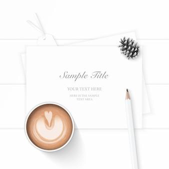 Vista superior plana endecha elegante papel de composición blanca etiqueta de cono de pino café y lápiz sobre fondo de madera.