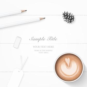 Vista superior plana endecha elegante papel de composición etiquetas de cono de pino borrador de lápiz y café sobre fondo de madera.