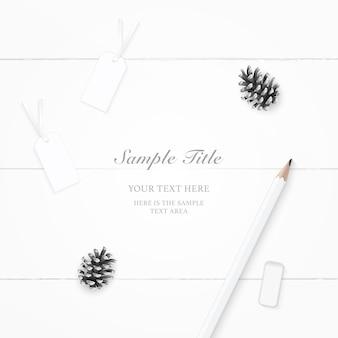 Vista superior plana endecha etiquetas de cono de pino de papel de composición elegante y borrador de lápiz sobre fondo de madera.