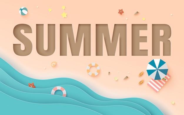 Vista superior de la playa con decoración, capa de palabra verano.