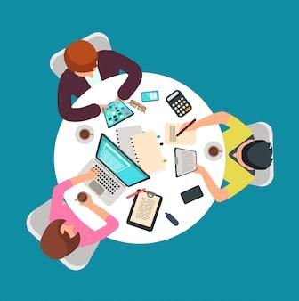Vista superior del trabajo en grupo de personas en la mesa