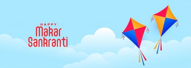 Volando cometas en el cielo para el festival indio makar sankranti