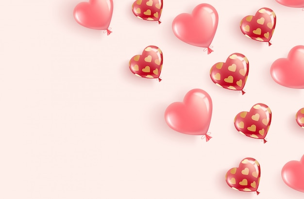 Volando globos rojos y rosados en forma de corazón