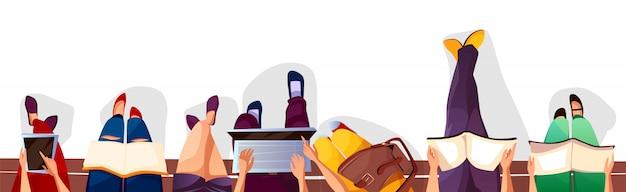 Volver a la ilustración de colegio o escuela de estudiantes sentados en el banco y leyendo libros.